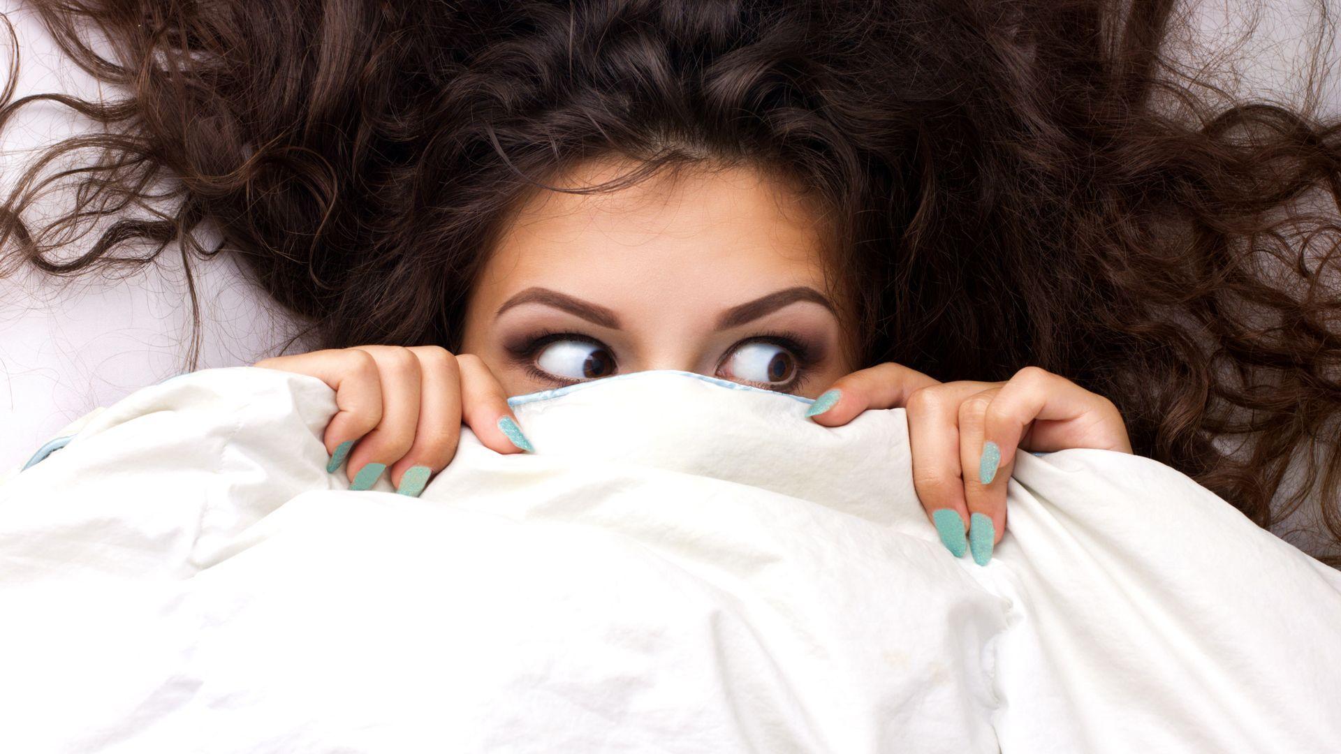 Vrouw die bang is in bed