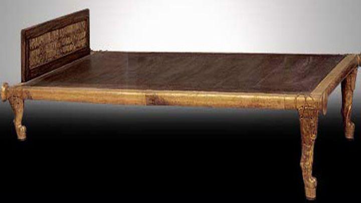De oude Egyptenaren brachten de nacht door in een houten bed met neksteun.