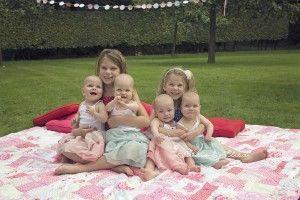 Vierling Eefke, Aukje, Hiske en Jinthe samen met hun oudere zussen