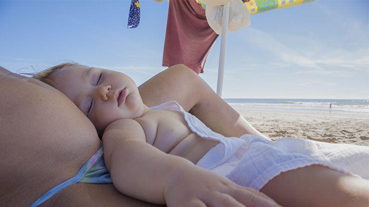 baby peuter slaapt op vakantie strand