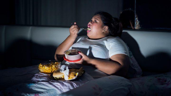 Zorg dat je niet teveel eet vlak voordat je gaat slapen. Een lichte snack is beter voor je slaap en voor je beddengoed!