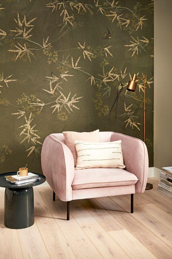 Groen en tropisch behang met roze stoel