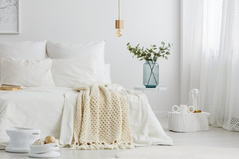 Een witte slaapkamer met Papillon